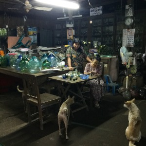 Mother and daughter selling glass pieces at the Nagra Glass Factory, Yangon ©