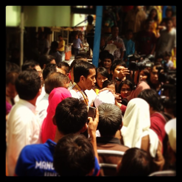 Jokowi surrounded by people wham making a surprise inspection on Jakarta market © kellberg.net